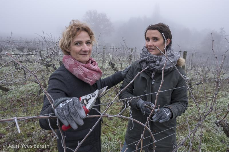 Anne et Marie Guégniard, domaine de la Bergerie, vigneronne, biodynamie, winegrower - portrait, vin nature, bio, gueules de vignerons, vigneron bio, vignerons d'Anjou, vin biodynamie, organic wine, Jean-Yves Bardin photographe Gueules de vignerons, portraits de vignerons, Vignerons de Loire, le clos de la Bergerie, la Cerisaie, Zerzilles, la Croix Picot